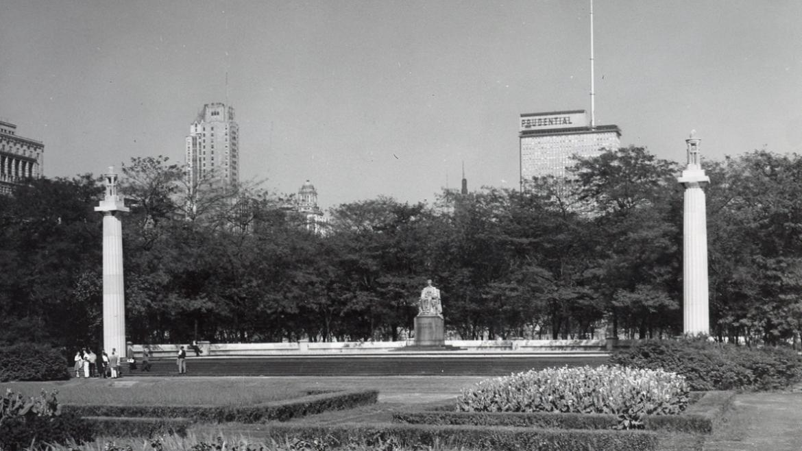 Historical, black & white photo of Abraham Lincoln, Head of State sculpture in Grant Park.
