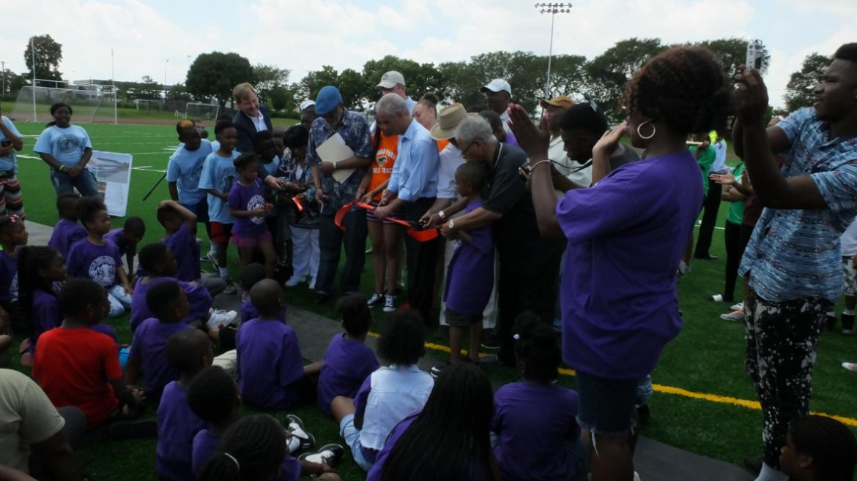 Mayor Emanuel cuts the ribbon