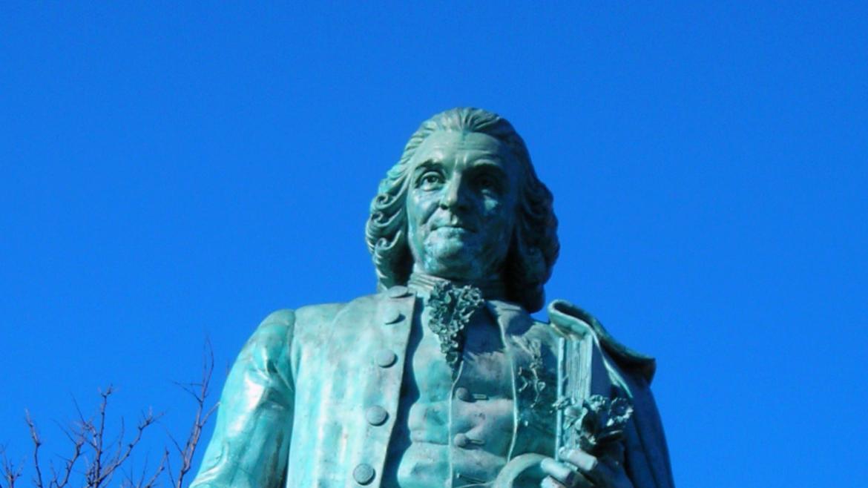 In one hand, the figure of  Carl von Linn