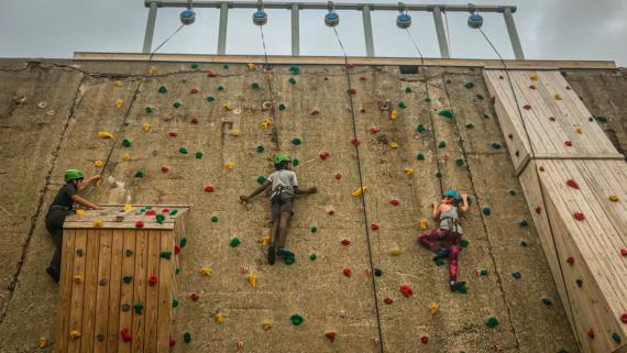 Patrons Climbing